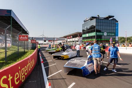 De zonnewagens bij de start van de race, BluePoint rechts vooraan