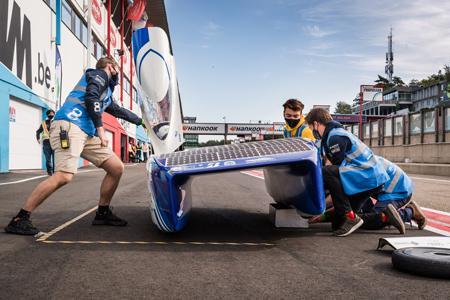 Vervangen van een band bij de BluePoint, de nieuwste Belgische zonnewagen