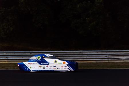 Ook 's nachts reden de zonnewagens: BluePoint op het Circuit van Zolder